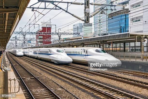 駅、通過 2、乗客を待っている 1 つの 3 つの高速列車 - 静岡市 ストックフォトと画像