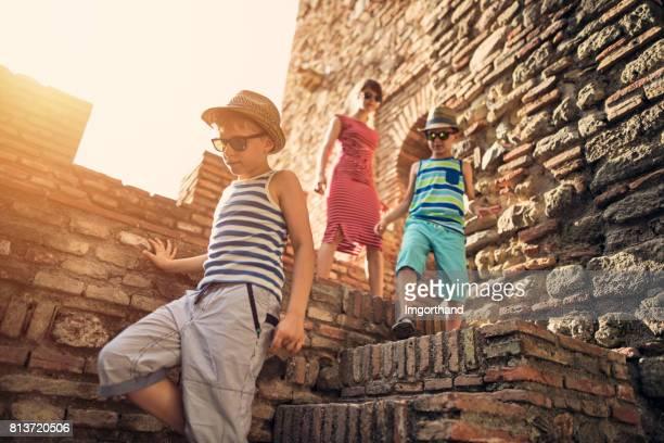 trois touristes kid visites médiévales de château murs - château photos et images de collection