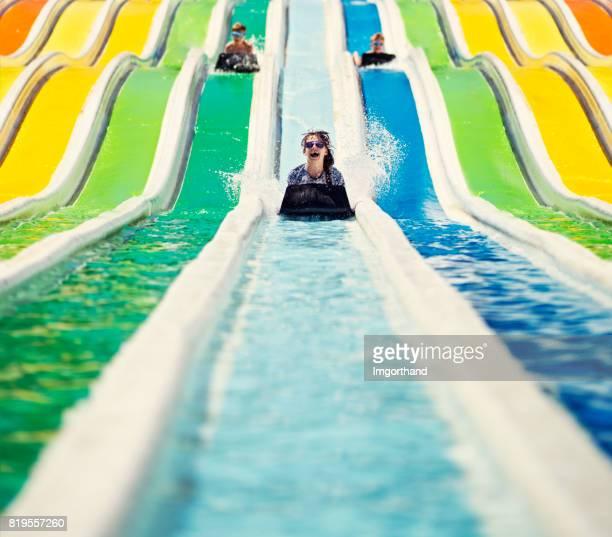 Drei Kinder Spaß gleiten in einen Wasserpark