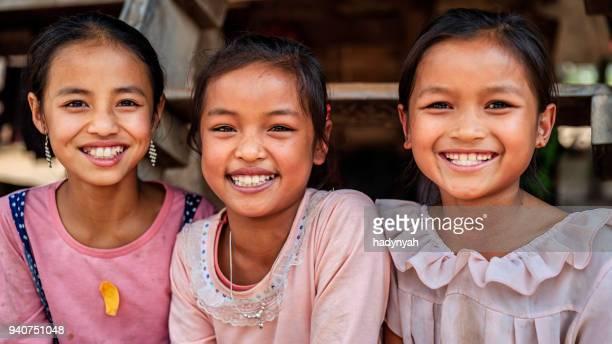 Drei laotischen kleine Mädchen in einem Dorf im nördlichen Laos