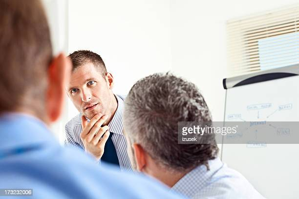 Drei männliche Kollegen im business-meeting