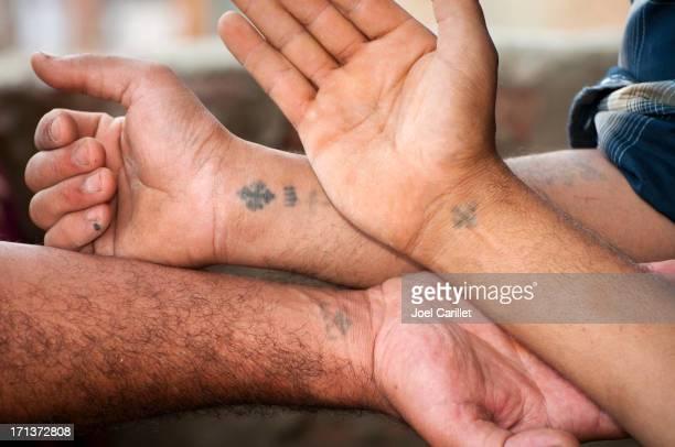 cruz os cristãos egípcios com tatuagens nos pulsos - cruz imagens e fotografias de stock
