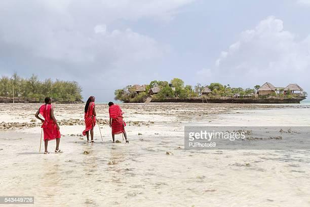 Drei Masai Krieger zu Fuß am Strand
