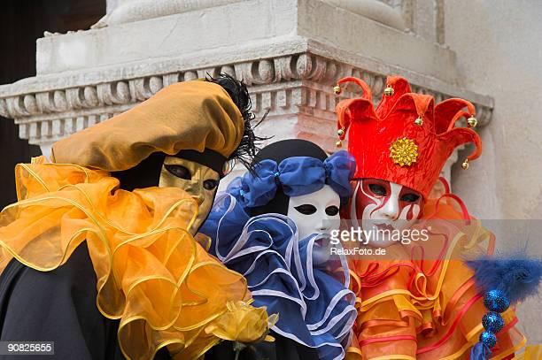 três máscaras com trajes coloridos no carnaval de veneza (xxl - arlequim - fotografias e filmes do acervo