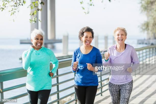 Drei Reife und ältere Frauen, die auf Wasser laufen