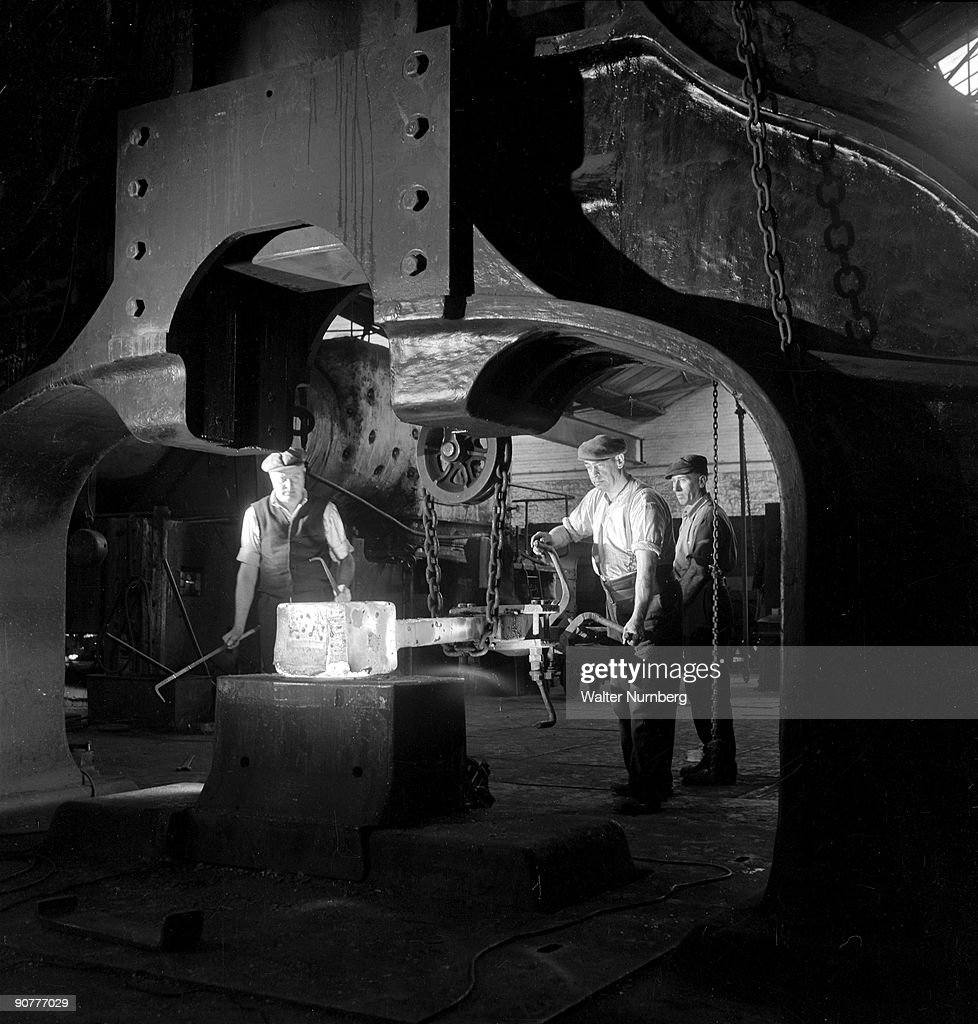 foundry workers feed axle in to large forge hammer swindon 1952