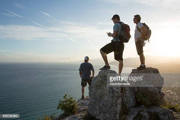 Tres hombres Contemple la vista en la parte superior de la media