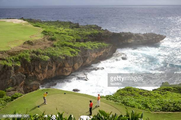 ゴルフの 3 つの男性の海の眺め、ワンランク上の - 北マリアナ諸島 ストックフォトと画像
