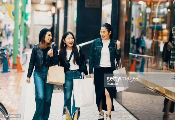 市内の袋の買い物をしている3人の中年の大人の女性 - 3人 ストックフォトと画像