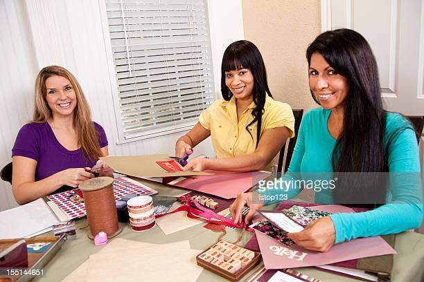 3 つの中間大人のお友達を描きます。グループの多民族女性 scrapbooking ます。