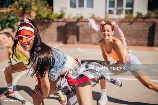 drei moderne tänzerinnen tanzen gemeinsam im freien - tanztruppe stock-fotos und bilder