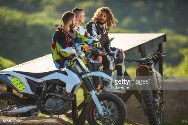 Drei Motocrosser Entspannung in der Natur nach dem Rennen.