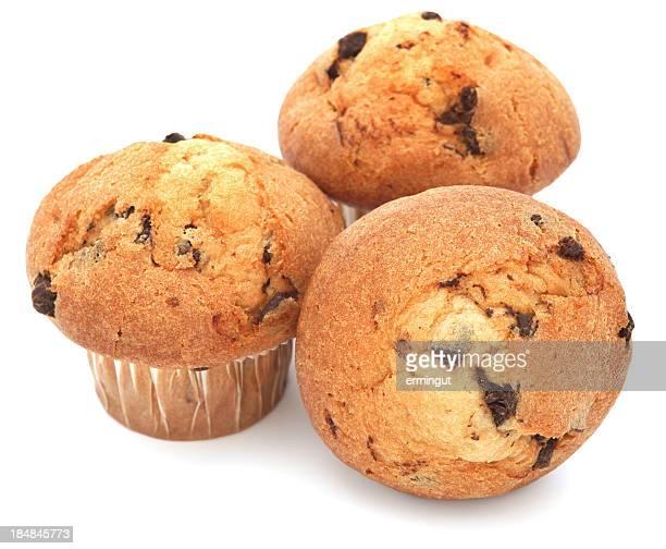 Drei chocolate chip muffins, isoliert auf weiss