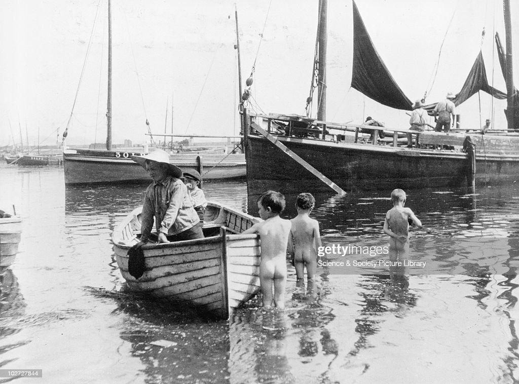 Three Naked Boys Wading Into The Harbour England, 1900S Three Naked News Photo -4108