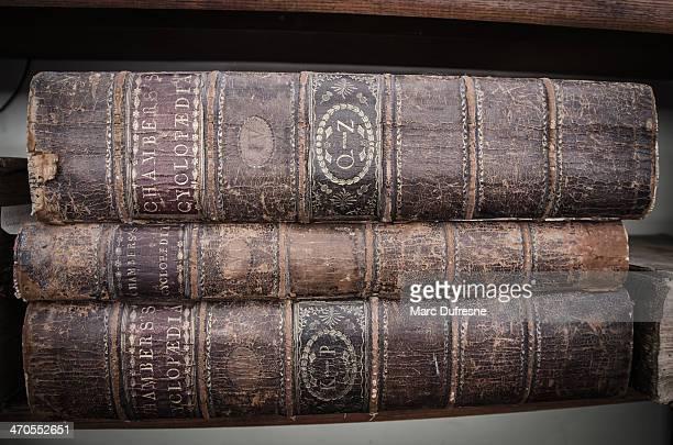 Trois ancien Encyclopédies