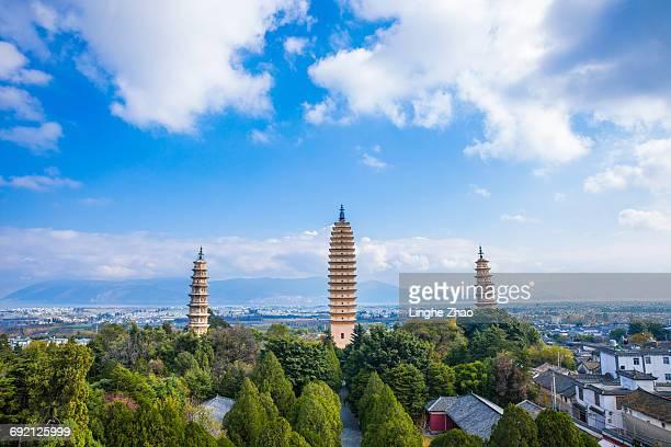 three pagodas of chongsheng temple in china - provinz yunnan stock-fotos und bilder