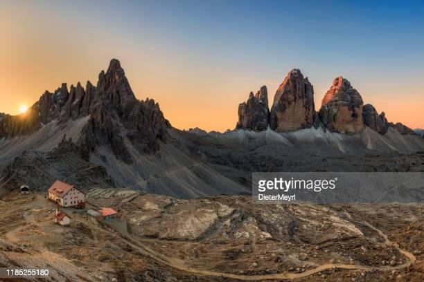 drei lavaredo peaks bei sunrise - felsspitze stock-fotos und bilder