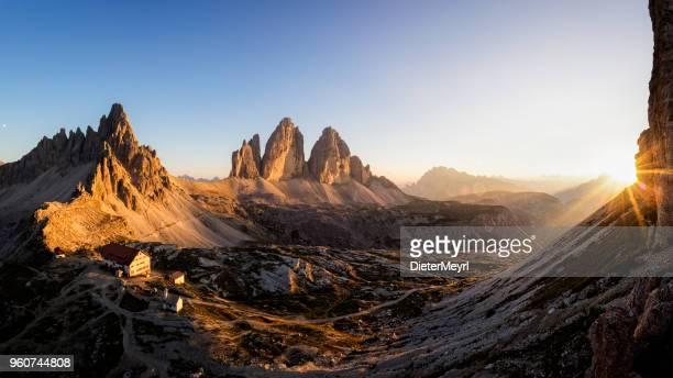 tre cime di lavaredo bei sonnenuntergang, dreizinnenhütte - rifugio antonio locatelli - fels stock-fotos und bilder