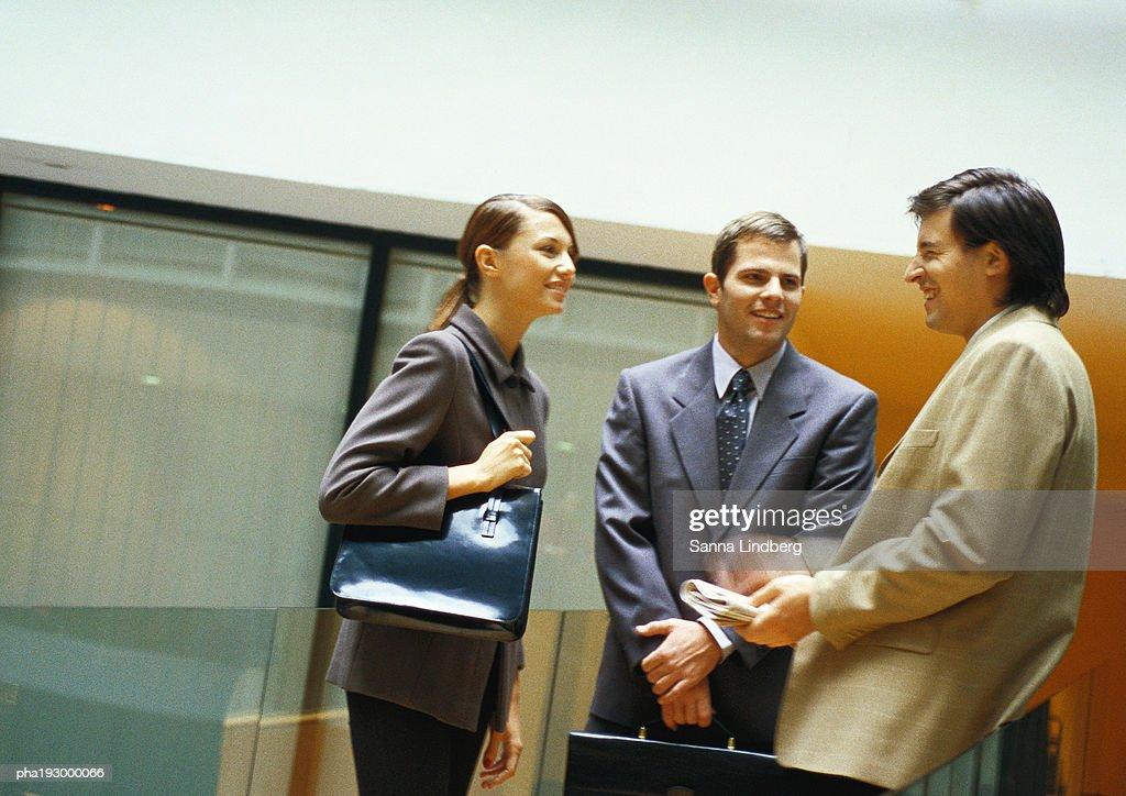 Three people standing : Stockfoto