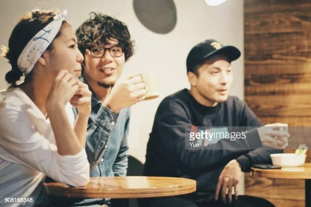 3 人は喫茶店で休憩を取る
