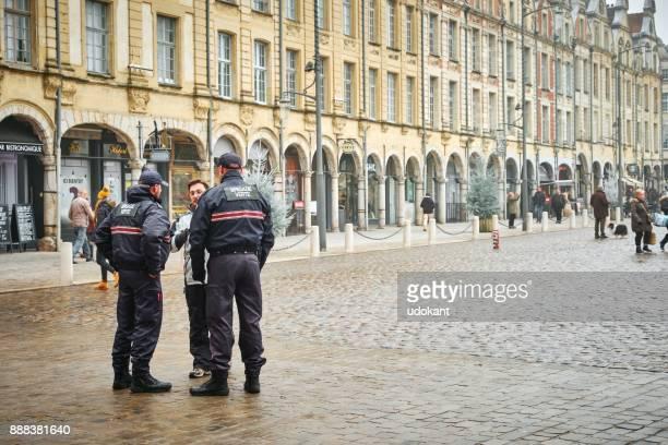 アラス、フランスの広場で三人の警官 - アラス ストックフォトと画像