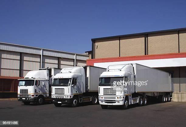 3 つの冷蔵輸送で、冷凍な倉庫ます。 - 積荷を降ろす ストックフォトと画像