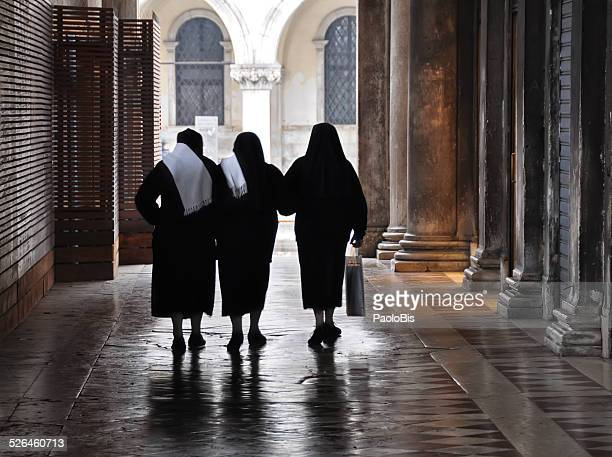 three religious sisters walking in venice - bonne soeur photos et images de collection
