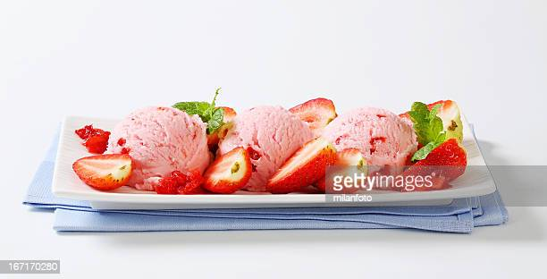 Drei Kugeln strawberry ice cream