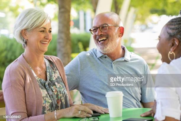 Drei Senioren Freunde lachen beim Kaffeetrinken zusammen