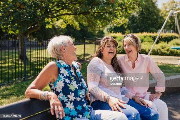 tre äldre kvinnor skrattar i parken - public park bildbanksfoton och bilder