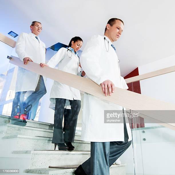 trois les médecins. - down blouse photos et images de collection
