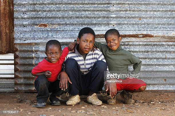tres shack niños de áfrica del sur - africano nativo fotografías e imágenes de stock