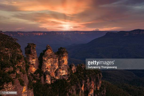 three sister rock with wonderful sky at blue mountain in new south wale, australia. - blue mountains national park stock pictures, royalty-free photos & images