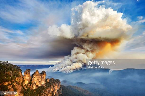 three sisters and large smoke cloud, bushfire, forest fire, blue mountains national park, australia - erupting stock pictures, royalty-free photos & images