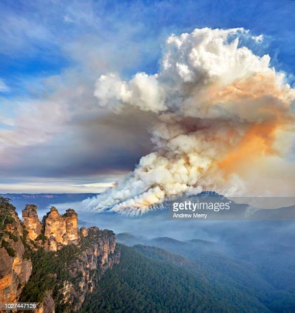three sisters and large smoke cloud, bushfire, forest fire, blue mountains national park, australia - bushfires stock photos and pictures