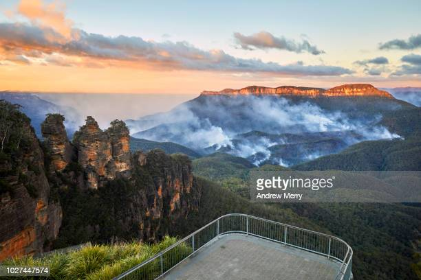 three sisters and queen elizabeth lookout with no people and bushfire in the jamison valley, blue mountains national park, australia - katoomba stock pictures, royalty-free photos & images