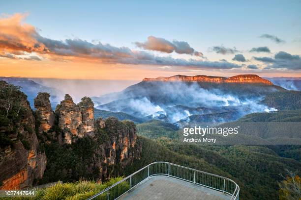 three sisters and queen elizabeth lookout with no people and bushfire in the jamison valley, blue mountains national park, australia - blue mountains national park stock pictures, royalty-free photos & images