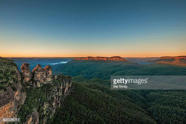three sisters at sunrise - blue mountains national park stock pictures, royalty-free photos & images