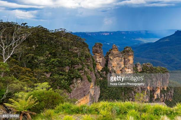 three sisters in the blue mountains national park - blue mountains national park stock pictures, royalty-free photos & images