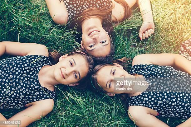Las tres hermanas acostado en el césped