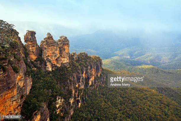 three sisters rock formation, katoomba, blue mountains national park, australia - katoomba stock pictures, royalty-free photos & images