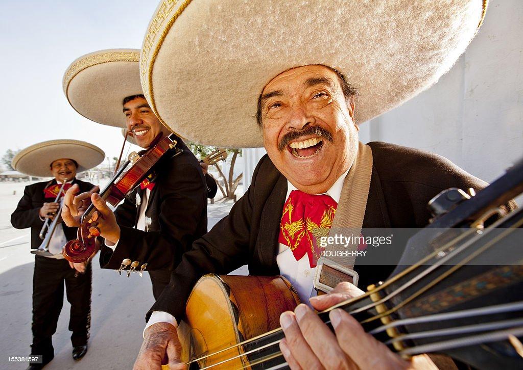 3 つの笑顔の会員は、マリアッチバンドの演奏 : ストックフォト