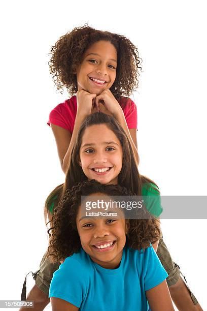 Tre sorridenti multi-ehnic ragazze adolescenti in una riga