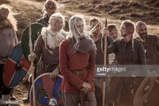 drei starke wikingerfrauen im hochland - wikinger stock-fotos und bilder