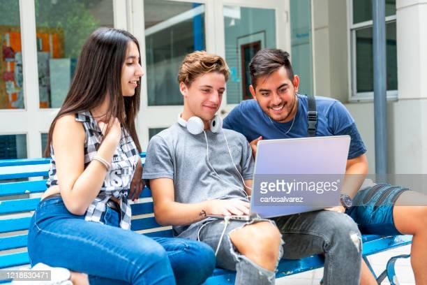 três estudantes fazendo uma pausa - patio de colegio - fotografias e filmes do acervo