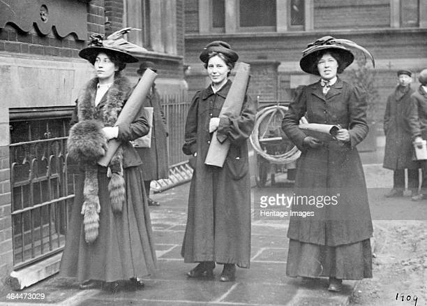 Three suffragettes prepare to chain themselves to the railings 1909 Vera Holme the WSPU chauffeur is on the right Padlocking themselves to the...