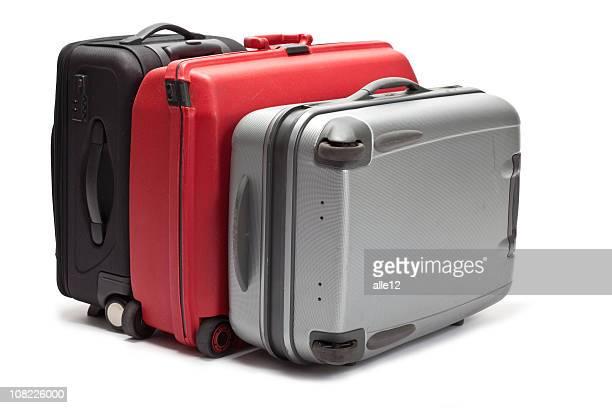 白い背景の上の 3 つのスーツケース