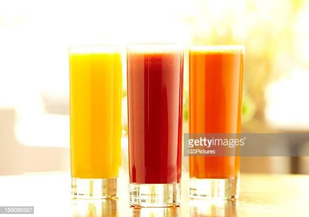 Fünf hohe Gläser orange, Karotte und Gemüsesaft