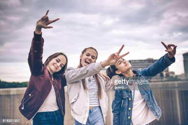 drei mädchen im teenageralter herumalbern im freien - weiblicher teenager stock-fotos und bilder