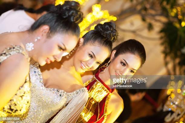 tres transexuales tailandeses y kathoeys en pattaya - kathoey fotografías e imágenes de stock